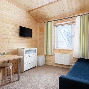 Свежая идея для дизайна: маленькая открытая гостиная комната в стиле кантри с бежевыми стенами, ковровым покрытием, телевизором на стене и серым полом - отличное фото интерьера