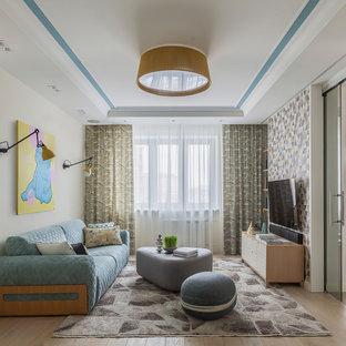 На фото: изолированная гостиная комната в скандинавском стиле с светлым паркетным полом, телевизором на стене и бежевым полом с