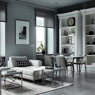 Стильный дизайн: гостиная комната в современном стиле с серыми стенами, светлым паркетным полом и серым полом - последний тренд