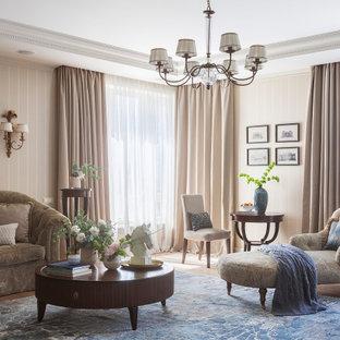 На фото: изолированная гостиная комната среднего размера в классическом стиле с бежевыми стенами и светлым паркетным полом с