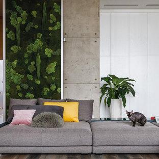 Свежая идея для дизайна: гостиная комната в современном стиле с серыми стенами, паркетным полом среднего тона и коричневым полом - отличное фото интерьера