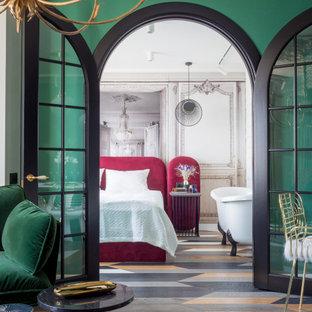 Idee per un piccolo soggiorno design aperto con angolo bar, pareti multicolore, pavimento in legno massello medio, nessun camino, TV autoportante e pavimento multicolore