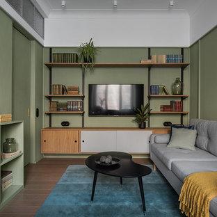 Modelo de salón cerrado, minimalista, pequeño, con paredes verdes, televisor colgado en la pared y suelo marrón