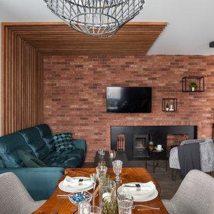 На фото: открытая гостиная комната среднего размера в современном стиле с полом из керамогранита, горизонтальным камином, фасадом камина из металла, телевизором на стене, серым полом и белыми стенами