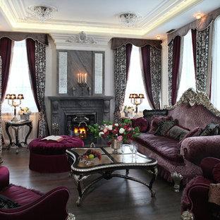 Создайте стильный интерьер: парадная, изолированная гостиная комната среднего размера в викторианском стиле с белыми стенами, темным паркетным полом, камином, телевизором на стене и коричневым полом - последний тренд