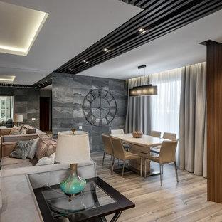 На фото: парадная, изолированная гостиная комната в современном стиле с серыми стенами и светлым паркетным полом с
