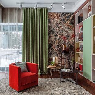 Стильный дизайн: гостиная комната в стиле современная классика с темным паркетным полом и коричневым полом - последний тренд