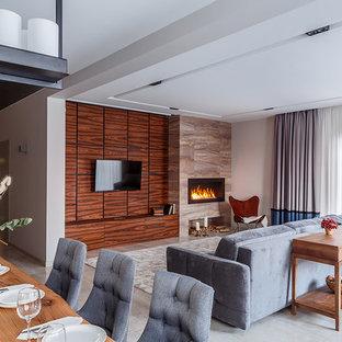 Неиссякаемый источник вдохновения для домашнего уюта: гостиная комната в современном стиле с белыми стенами, горизонтальным камином, телевизором на стене и серым полом