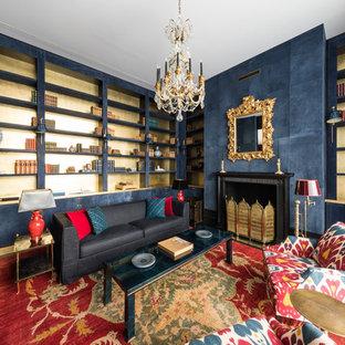 Идея дизайна: большая открытая гостиная комната в современном стиле с библиотекой, темным паркетным полом, стандартным камином и черным полом без ТВ