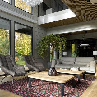 Свежая идея для дизайна: гостиная комната в современном стиле с серыми стенами, светлым паркетным полом и бежевым полом - отличное фото интерьера