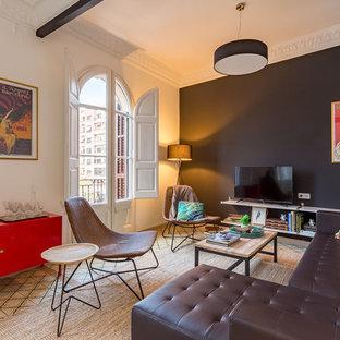 Foto de salón clásico renovado, de tamaño medio, con paredes negras y televisor independiente