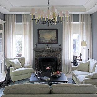 Неиссякаемый источник вдохновения для домашнего уюта: гостиная комната в классическом стиле с серыми стенами, стандартным камином, телевизором на стене и бежевым полом