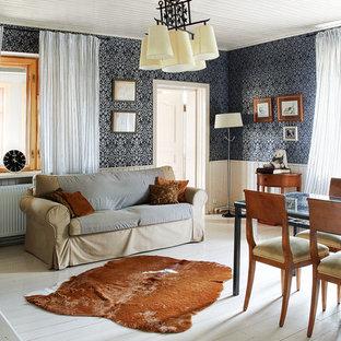 Immagine di un soggiorno country con sala formale, pareti blu, pavimento in legno verniciato e nessuna TV