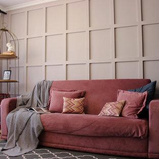 Ispirazione per un piccolo soggiorno minimal aperto con libreria, pareti grigie, pavimento in laminato, camino lineare Ribbon, cornice del camino in intonaco, TV autoportante e pavimento marrone