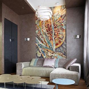 Diseño de salón bohemio con paredes grises y suelo de madera en tonos medios