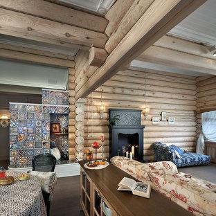 Imagen de salón para visitas abierto, de estilo de casa de campo, con paredes marrones y suelo de madera oscura