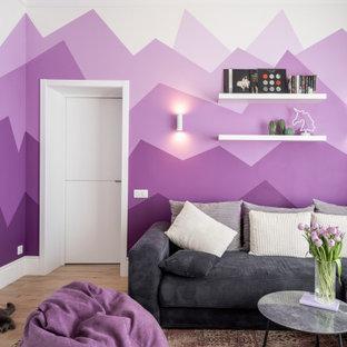 Aménagement d'une salle de séjour contemporaine avec un mur violet, un sol en bois clair, un sol beige et du papier peint.