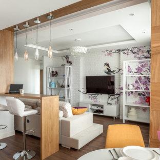 Пример оригинального дизайна: маленькая открытая гостиная комната в стиле фьюжн с полом из винила, коричневым полом, белыми стенами и телевизором на стене