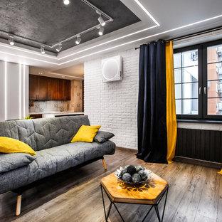 Выдающиеся фото от архитекторов и дизайнеров интерьера: парадная, открытая гостиная комната в современном стиле с белыми стенами, паркетным полом среднего тона и коричневым полом