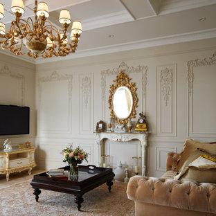 Свежая идея для дизайна: гостиная комната в викторианском стиле с бежевыми стенами, телевизором на стене и бежевым полом - отличное фото интерьера