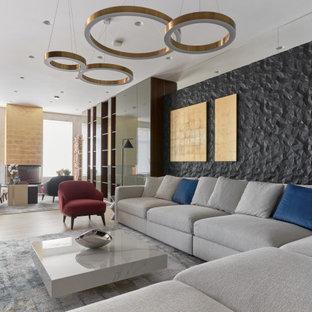 Modern inredning av ett stort allrum med öppen planlösning, med ett bibliotek, klinkergolv i porslin, en standard öppen spis, en väggmonterad TV och grått golv