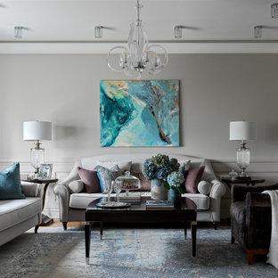 Пример оригинального дизайна: изолированная гостиная комната среднего размера в классическом стиле с библиотекой, серыми стенами, светлым паркетным полом, телевизором на стене и коричневым полом