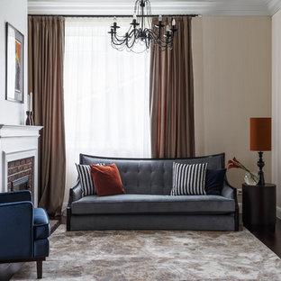モスクワの中サイズのトランジショナルスタイルのおしゃれな独立型リビング (ベージュの壁、濃色無垢フローリング、標準型暖炉、レンガの暖炉まわり、茶色い床) の写真