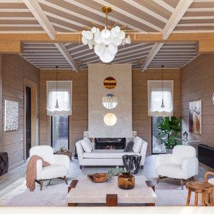Пример оригинального дизайна: гостиная комната в стиле рустика с горизонтальным камином, фасадом камина из штукатурки, потолком из вагонки и деревянными стенами