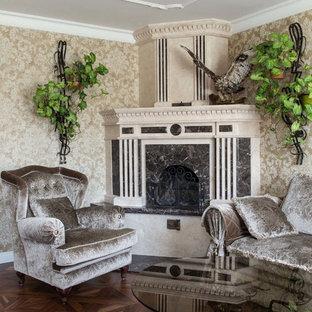 Свежая идея для дизайна: гостиная комната в классическом стиле с бежевыми стенами, паркетным полом среднего тона, угловым камином и коричневым полом - отличное фото интерьера