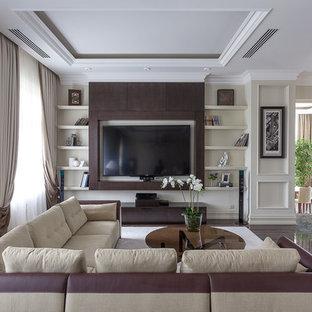 Стильный дизайн: гостиная комната в классическом стиле с бежевыми стенами и мультимедийным центром без камина - последний тренд