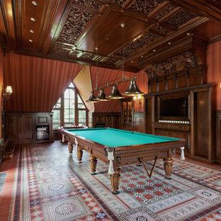 Идея дизайна: комната для игр в классическом стиле с коричневыми стенами, телевизором на стене и разноцветным полом