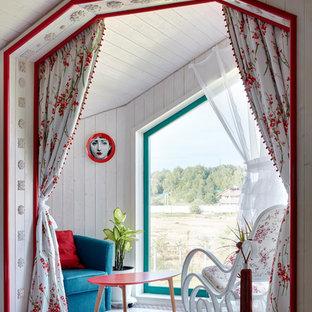 Пример оригинального дизайна: гостиная комната среднего размера в стиле кантри с белыми стенами и белым полом