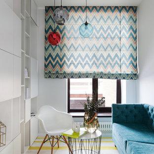 Mittelgroßes, Repräsentatives, Abgetrenntes Modernes Wohnzimmer mit weißer Wandfarbe und gelbem Boden in Moskau