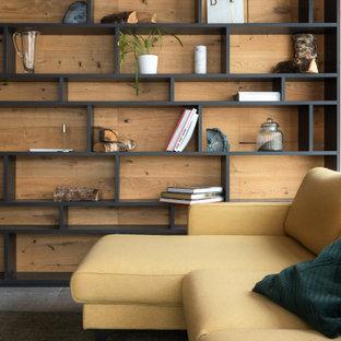 Пример оригинального дизайна: гостиная комната в стиле рустика с библиотекой
