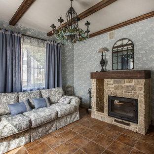 他の地域の中サイズのシャビーシック調のおしゃれな独立型リビング (青い壁、標準型暖炉、石材の暖炉まわり、フォーマル) の写真