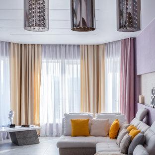 Modern inredning av ett stort vardagsrum, med lila väggar och grått golv