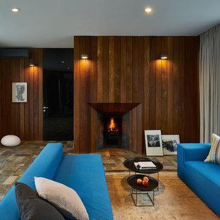 Идея дизайна: гостиная комната среднего размера в современном стиле с коричневыми стенами, стандартным камином и фасадом камина из дерева