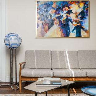 Свежая идея для дизайна: гостиная комната в современном стиле с бежевыми стенами, темным паркетным полом и коричневым полом - отличное фото интерьера