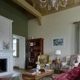 Идея дизайна: гостиная комната в классическом стиле с бежевыми стенами, паркетным полом среднего тона, стандартным камином, коричневым полом, балками на потолке, сводчатым потолком и деревянным потолком
