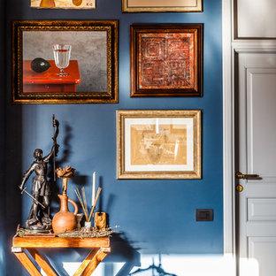 Modelo de salón abierto, bohemio, grande, con paredes azules y suelo de pizarra