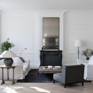 Неиссякаемый источник вдохновения для домашнего уюта: парадная, изолированная гостиная комната в скандинавском стиле с белыми стенами, светлым паркетным полом, бежевым полом и стандартным камином без ТВ
