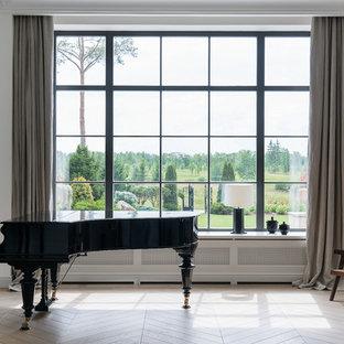 Неиссякаемый источник вдохновения для домашнего уюта: изолированная гостиная комната в скандинавском стиле с музыкальной комнатой, белыми стенами, светлым паркетным полом и бежевым полом