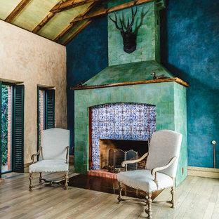 Idée de décoration pour un très grand salon champêtre ouvert avec une salle de réception, un mur multicolore, un sol en bois clair, une cheminée standard et un manteau de cheminée en carrelage.