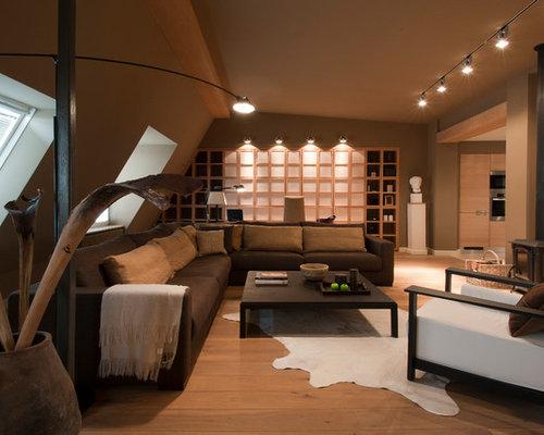 Großes Modernes Wohnzimmer Mit Brauner Wandfarbe, Hellem Holzboden Und  Kaminofen In Moskau