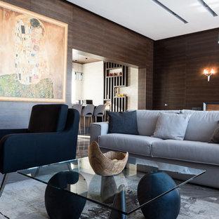 Esempio di un grande soggiorno scandinavo aperto con pareti marroni, pavimento in marmo, camino sospeso, cornice del camino in metallo, parete attrezzata e pavimento grigio
