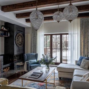 Идея дизайна: гостиная комната в стиле современная классика с белыми стенами, темным паркетным полом, стандартным камином и коричневым полом