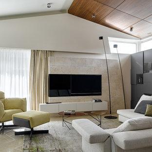 Неиссякаемый источник вдохновения для домашнего уюта: открытая гостиная комната в современном стиле с белыми стенами, телевизором на стене и бежевым полом