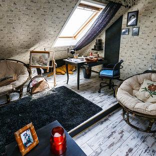 Modelo de sala de estar bohemia, sin chimenea y televisor, con suelo de madera pintada