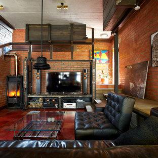Imagen de sala de estar abierta, industrial, de tamaño medio, con estufa de leña, televisor independiente y paredes marrones