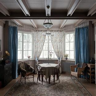 Ispirazione per un soggiorno country di medie dimensioni e chiuso con pareti grigie e pavimento in legno verniciato